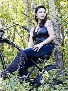 Брюнетка оголилась во время велосипедной прогулки по лесу