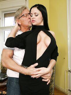 Anastasia Brill занялась со зрелым мачо оральным сексом