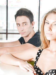 Русская парочка занялась сексом на белоснежном диване