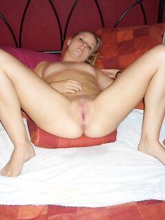 Давалка показала киску и отсосала перед вагинальной поркой