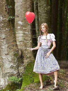 Модель с воздушным шариком разделась у дерева в лесу