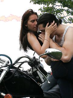 Байкер дал любовнице в рот и выебал в жопу на мотоцикле