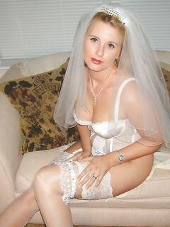 Обаятельная невеста ласкает волосатую промежность