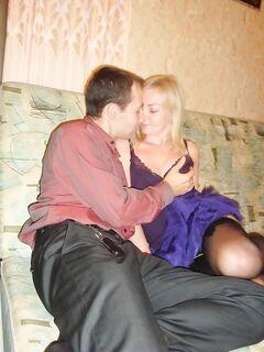 Девушка в чулках делает минет двум любовникам
