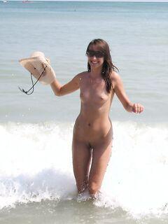 Худощавая брюнетка впервые отдыхает на нудистском пляже