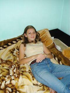 Выпившая студентка оголилась в комнате своего соседа