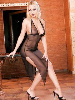 Блондинка сняла прозрачное платье