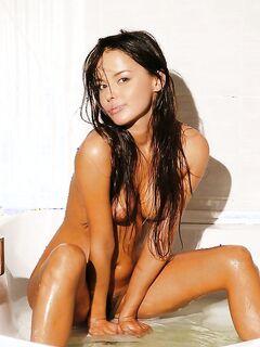 Сучка с волосатой киской мокнет в ванной