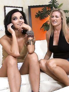 Чувак и его подруга трахнули Jade Jamison секс игрушками