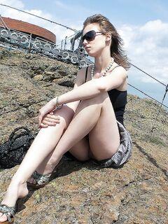 Сексапильная путешественница ловит попутку в одних трусиках