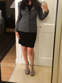 Секретарша сняла деловой костюм и засняла себя в голом виде