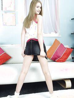Студентка с красивым телом ласкает киску на белом диване