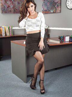 Красавица раздевается у рабочего стола и блеснула писей