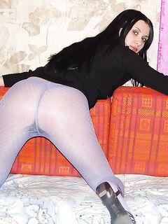 Брюнетка в колготках показала сиськи на диване
