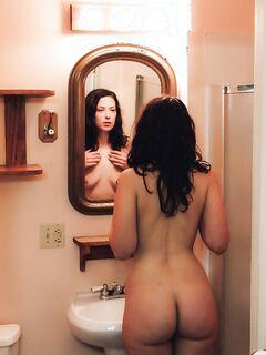 Подборчка частных фотоснимков разных девушек у себя дома