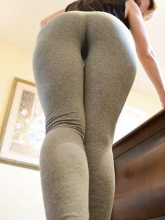 Милаха в спортивных штанишках показывает киску и ласкает ее