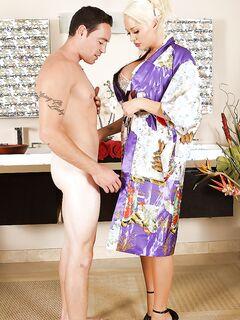 Грудастая блонда отсосала избраннику и чпокнулась с ним на надувном матрасе