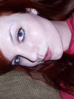Рыжая бестия голышом позирует на диване