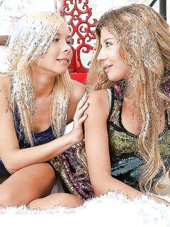 Молодые лесбиянки чпокают друг друга в очко при помощи игрушек