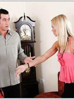 Сосед чпокнул блонду в розовой кофте на столе