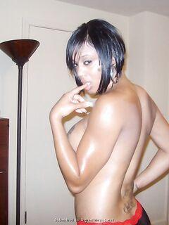 Коротко стриженная негритянка показала татуированную грудь