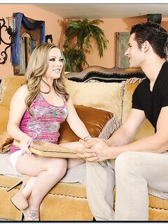 Мамаша соблазнила молодого парня и отдалась ему на диване в прихожей