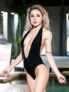 Длинноногая блонда разделась и показала пизду возле бассейна