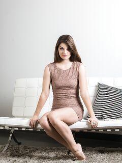 Длинноногая модель сняла с себя платье и показала волосатую вагину