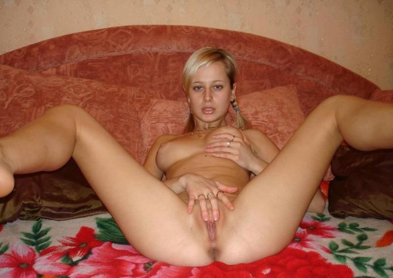 Голая онанистка сосет самотыки на кровати