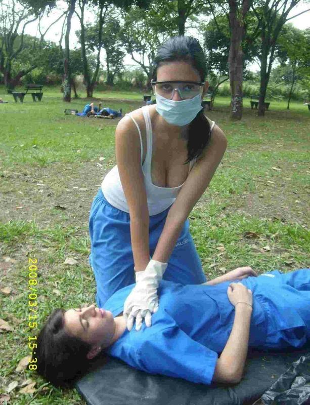 Грудастая медсестра прыгает на стержне симпатичного парня