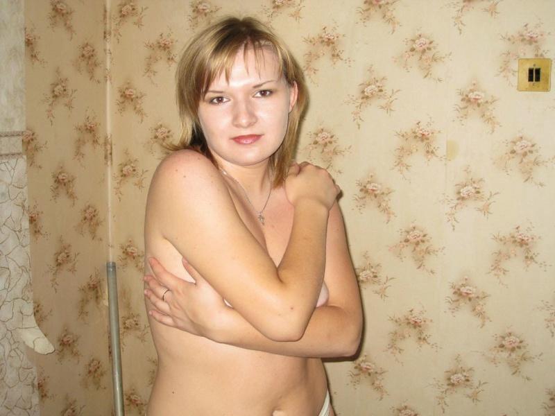 Полненькая дама показывает сиськи и пилотку, купаясь в ванной