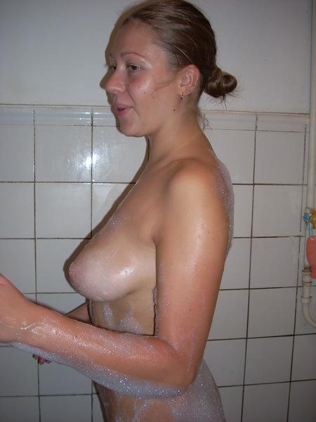 Голая студентка нанесла пену для ванны на упругий бюст