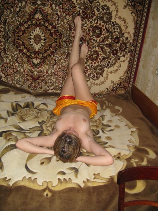 Давалка расставляет ноги для порки