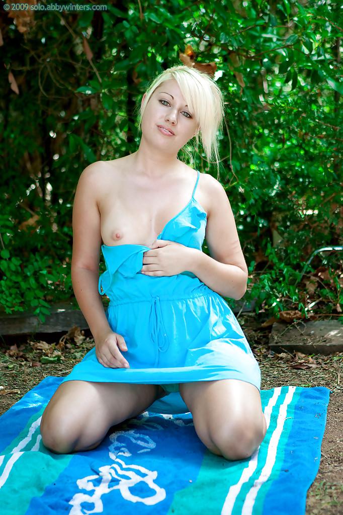 Блондинка сняла в саду трусики и проветрила волосатую киску