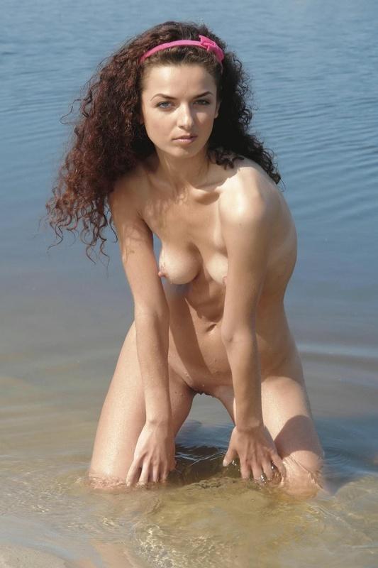 Кучерявая бестия загорает голышом на берегу озера