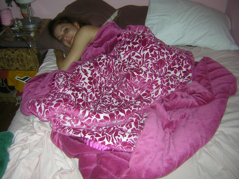 Студентка легла на кровать и имеет себя розовым самотыком