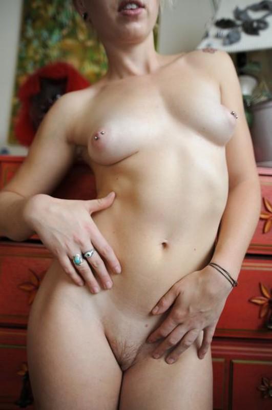 Привлекательная блонда обнажает прекрасное тело