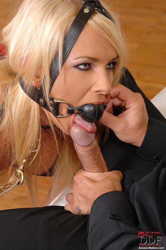 Блонда заниматься сексом с элементами БДСМ
