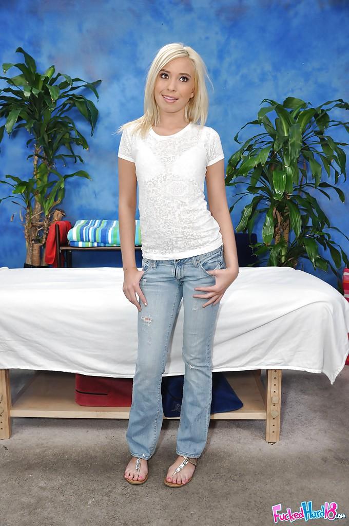 Блондинка в розовых трусиках приготовилась к массажу