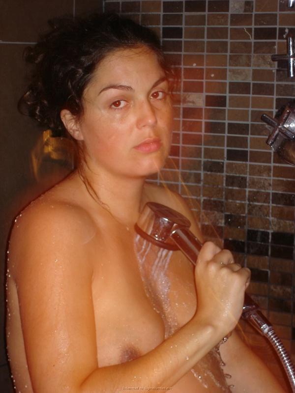 Беременная мамаша разделась и купается в душе
