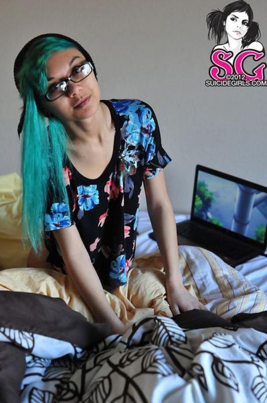 Стройная азиатская студентка голышом на кровати