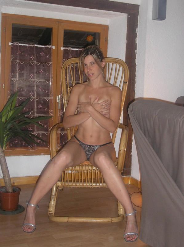 Мамаша сняла трусики и вогнала секс игрушку в анал
