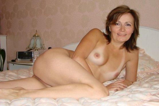 Зрелая баба разделась и расставила ноги, сверкая сочной вагиной