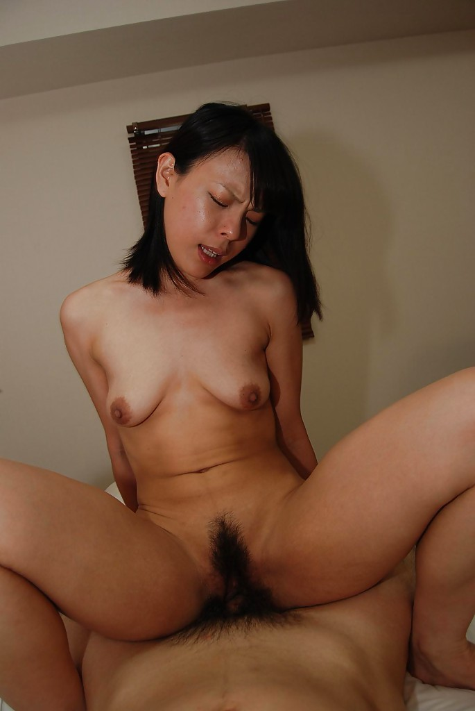 Голая азиатка сделала мачо минет и подставила волосатую вагину