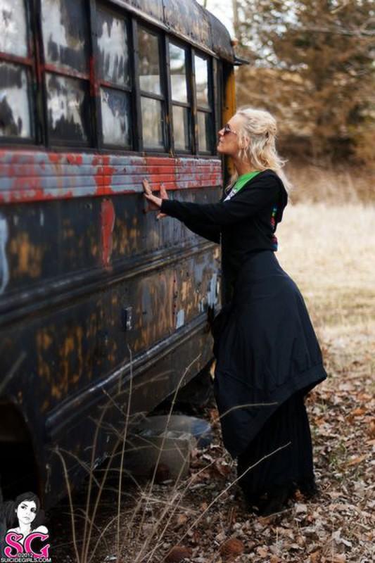 Блондинка с тату на всю спину разделась в старом автобусе
