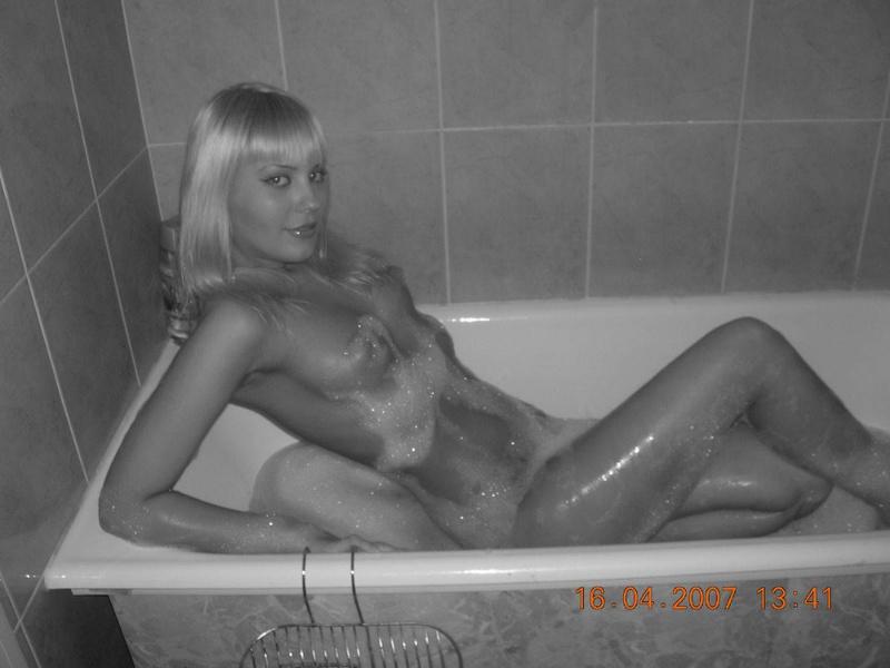 Блондинка голышом сверкает в ванной пикантными местами