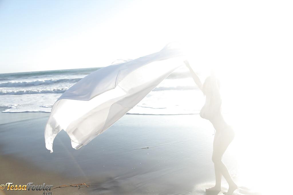 Красотка, оставшись в трусиках, хвастается бюстом на побережье