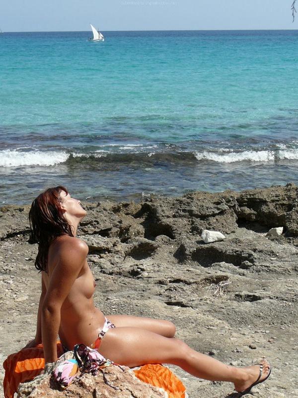 Рыжая дрянь топлес на пляже