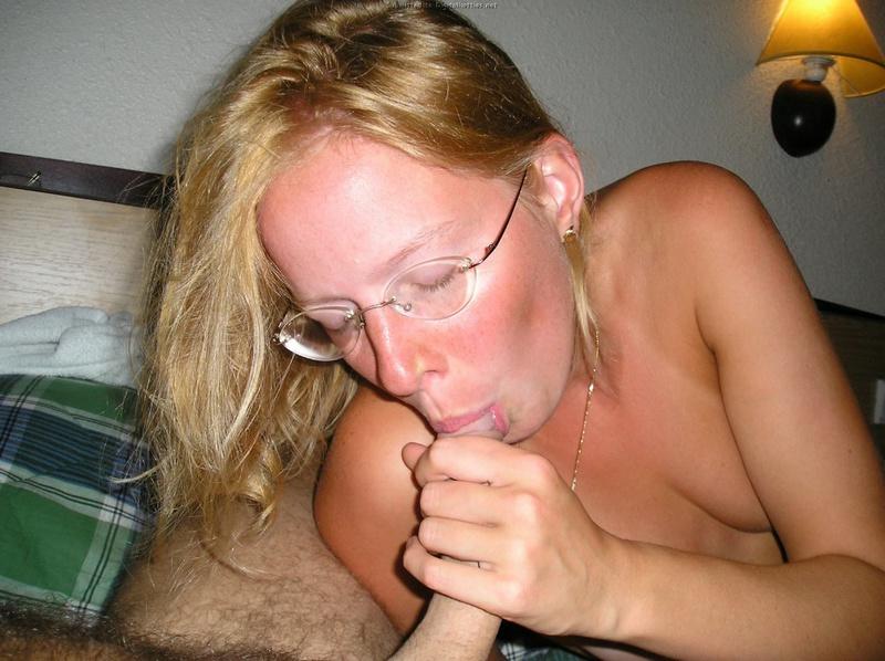 Девушка в очках разделась и умело берет на клык