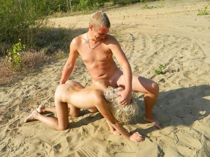 Бесцеремонные барышни делают отсос на пляже